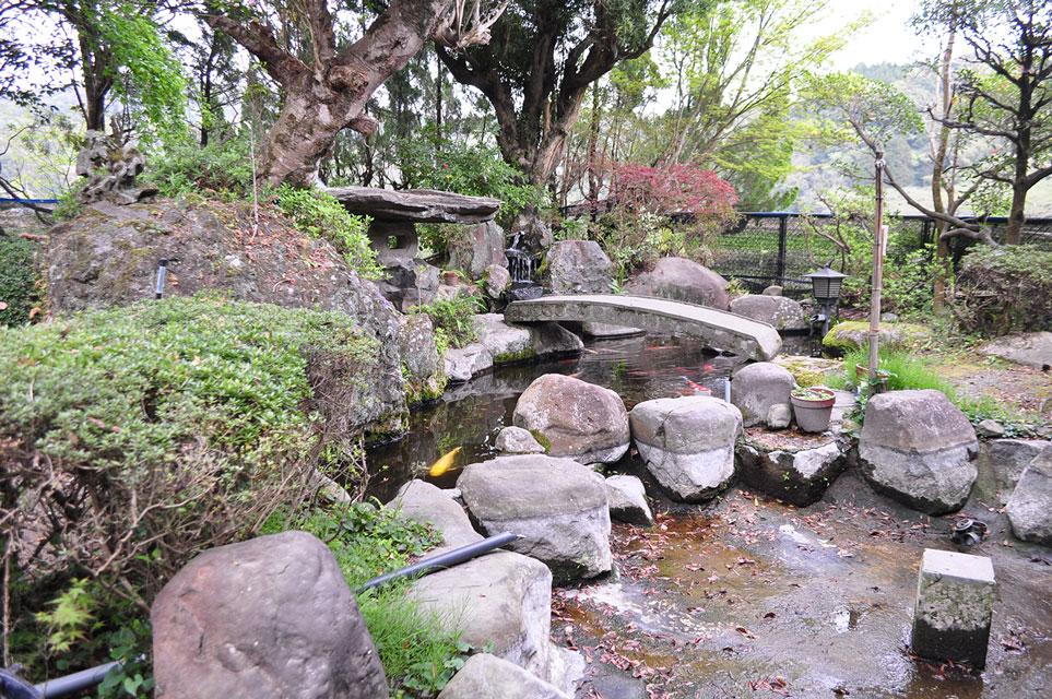 カゴプラ温泉轟温泉庭園と池